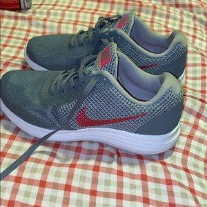 NWOT NIKE WOMEN RUNNING SHOES